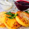 Сырники со сметаной и ягодным соусом Веранда
