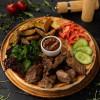 Свинина гриль с картофелем, соусом и овощами Dinapoli
