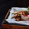 Жареный сыр камамбер на гриле с ягодным соусом Небо