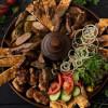 Мясная тарелка гриль на компанию с картофелем, овощами и соусом Dinapoli