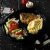 Судак в сливочном соусе, картофельным пюре и салатом из сезонных овощей Dinapoli