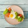Блинчик с лососем, яйцом, авокадо, моцареллой, сливочным соусом и зеленью Пиццерия на Спасской