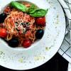 Спагетти с томатами черри, маслинами, перцем, томатным соусом и пармезаном Филижанка
