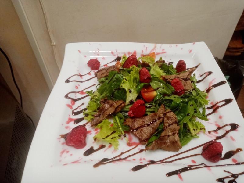 Салат с малиновым дрессингом и телятиной Стейк Хаус