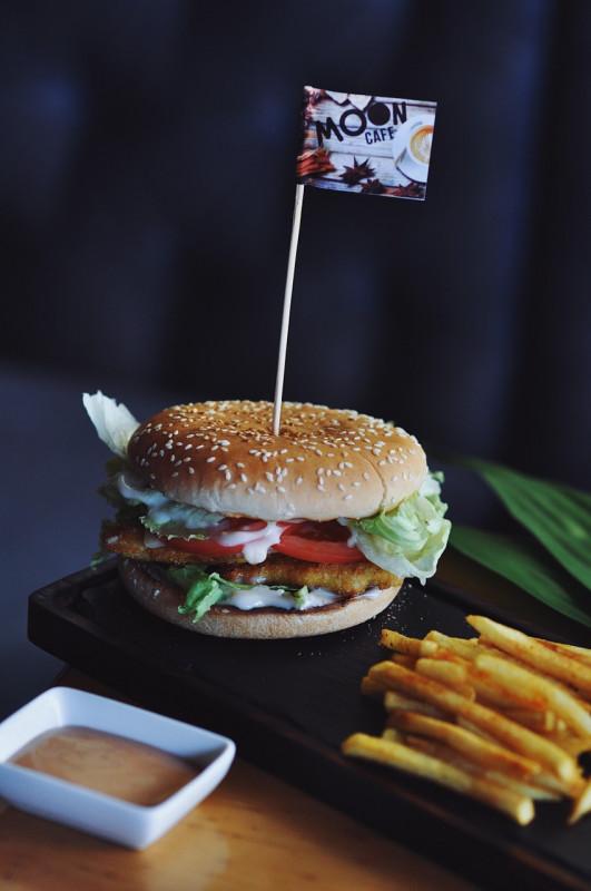 Чизбургер Цезарь с курицей и картофелем фри Moon Cafe