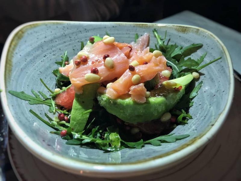 Салат с авокадо, грейпфрутом и лососем Стейк Хаус