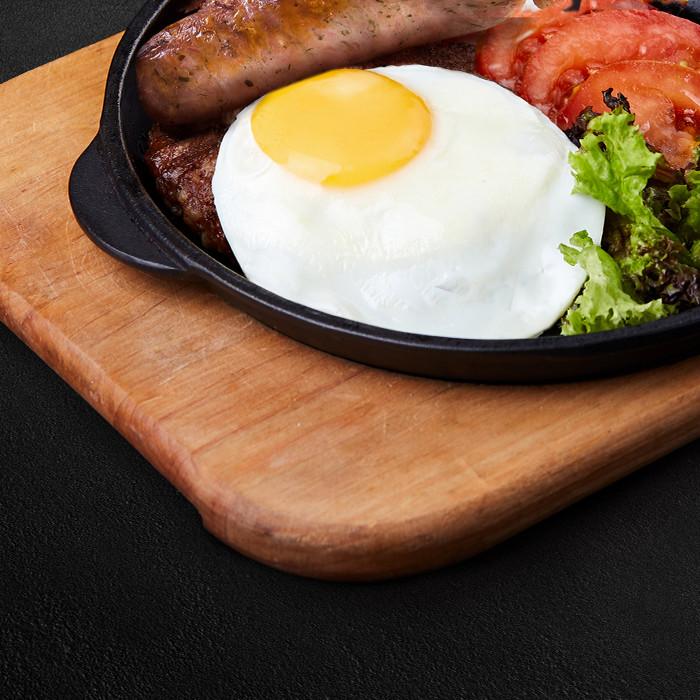 Завтрак с яйцом и колбасками Pizza & Grill Magnum