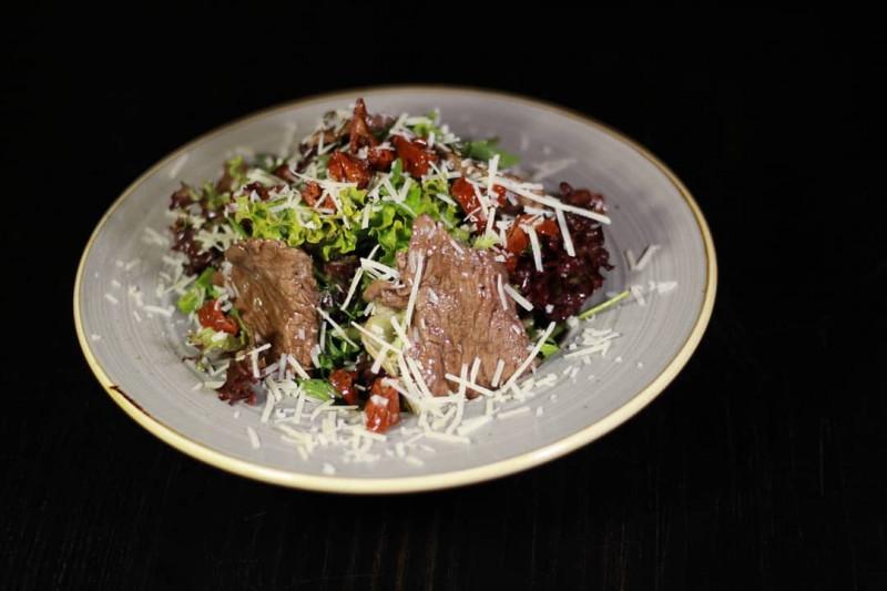 Салат теплый с телятиной гриль Стейк Хаус