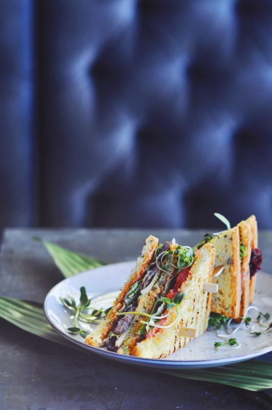 Клаб-сэндвич с телятиной Moon Cafe